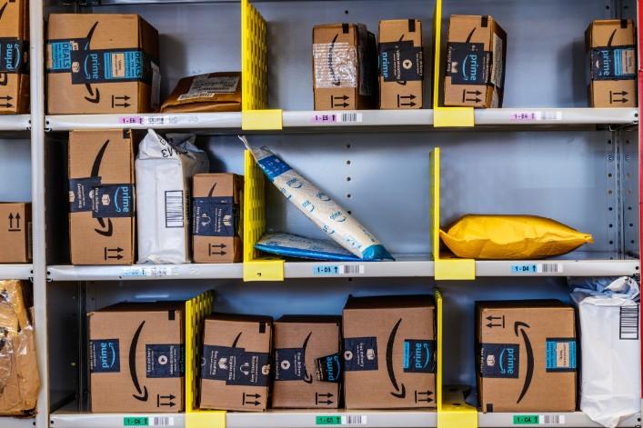 Amazon veut donner ses invendus au lieu de les détruire… mais il va falloir attendre encore un peu en France