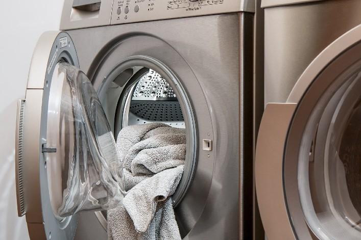 Contre les microplastiques, les fabricants devront équiper les machines à laver de filtres d'ici 2025