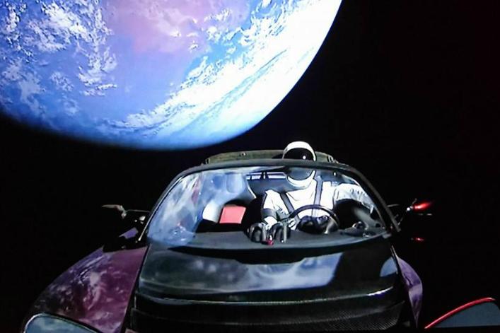 vid o spacex r ussit le test de sa fus e recyclable et f te cela en mettant une voiture. Black Bedroom Furniture Sets. Home Design Ideas