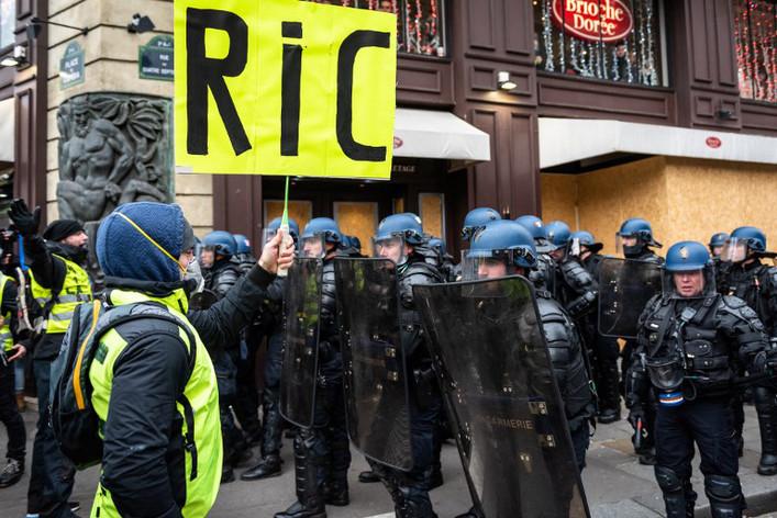 Convergence des luttes. Appel au 5 mai. La Fête à Macron !  - Page 2 Csm_Gilets-jaunes-Referendum-RIC-AFP-KarinePierre-HansLucas_4147874b85