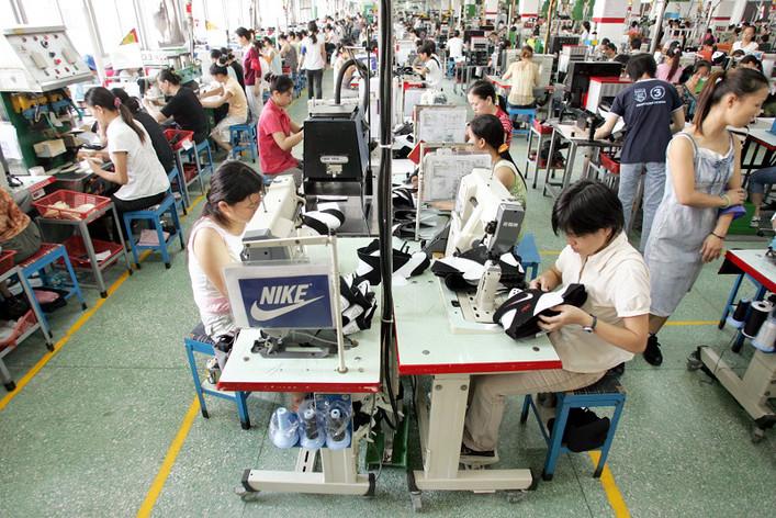 https://www.novethic.fr/fileadmin/_processed_/csm_Ouvriers_usine_Nike_-_Guangdong__Chine_2005_-_Lang_shuchen-_Imaginechina_ba4387bcea.jpg