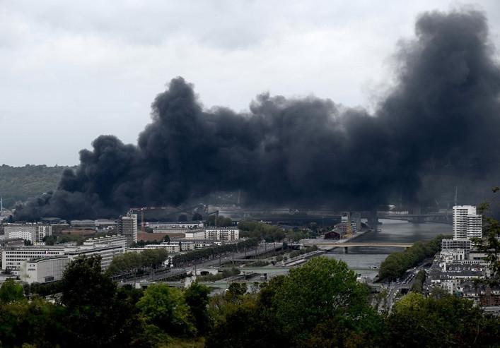 L'incendie d'une usine Seveso à Rouen fait craindre une pollution toxique