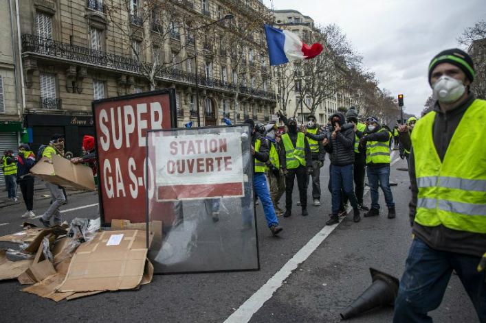 LES LUTTES EN FRANCE vers la restructuration politique (Gilets jaunes) : les débats continués 17 déc.- mars 2019 Carburants-taxes-gilets-jaunes-ArnaudFinistre-AFP