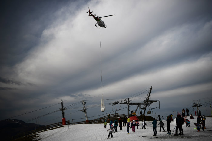Dans une station de ski française, la neige arrive en hélicoptère